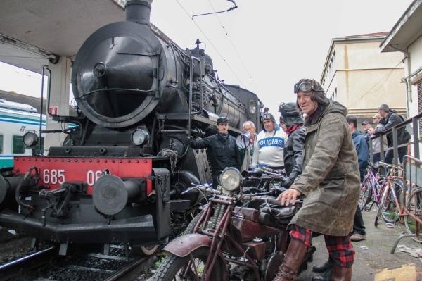 Sfida-Treno-a-Vapore-Moto-Guzzi-1928